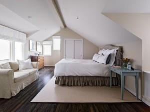 спальня со скошенным потолком