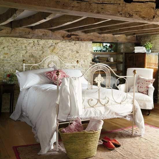 балки над кроватью